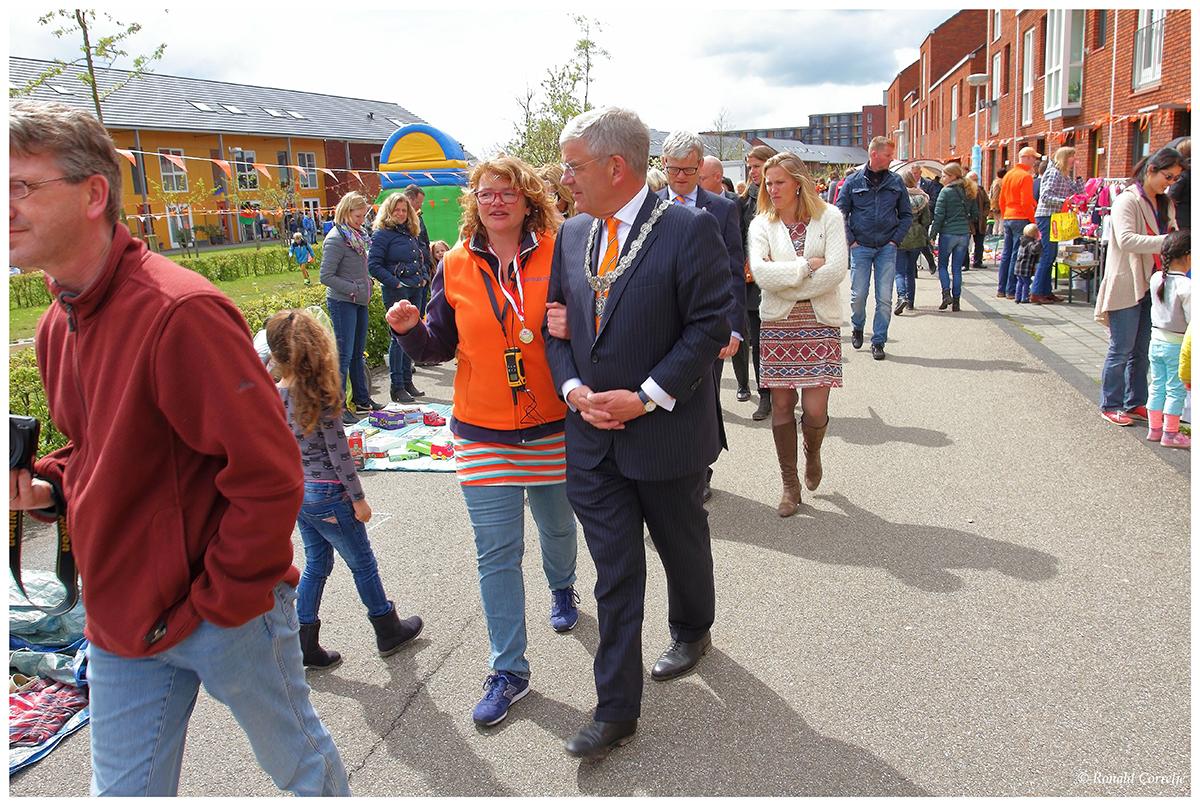 Burgemeester aan het wandelen in Leidsche Rijn