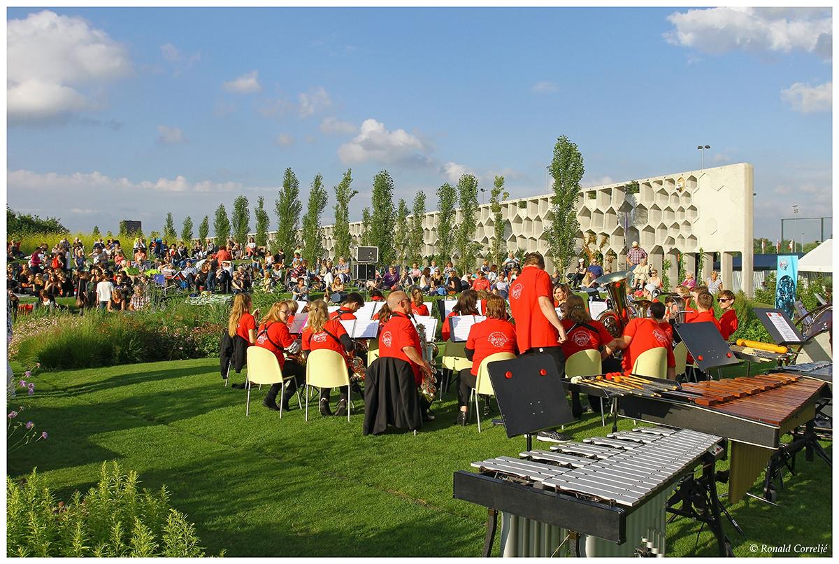 orkest in tuin met publiek