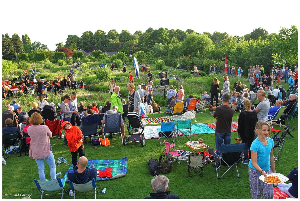 publiek in grote tuin