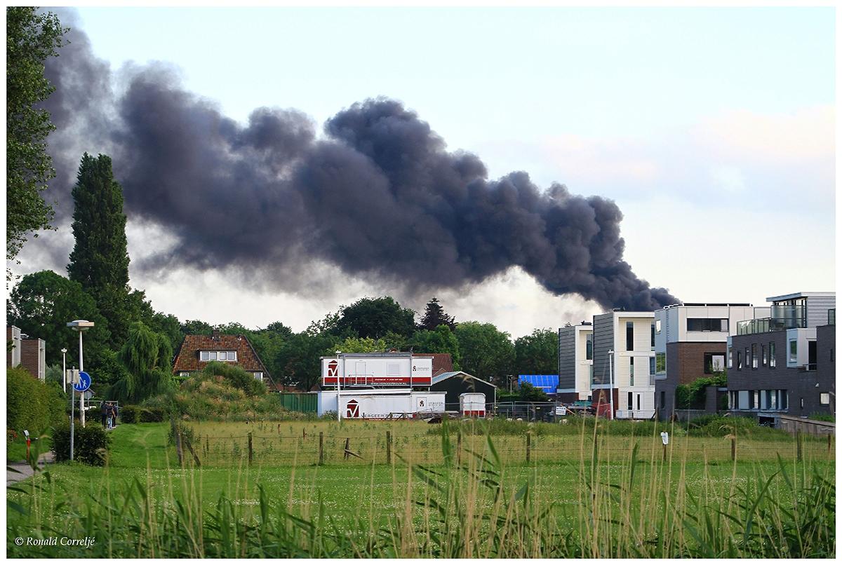 rook boven huizen