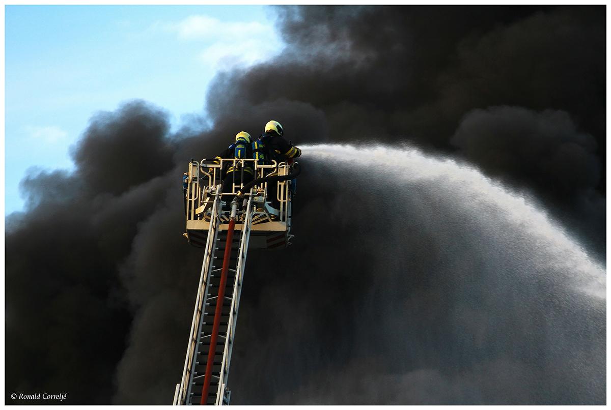 brandweermannen in hoogwerker