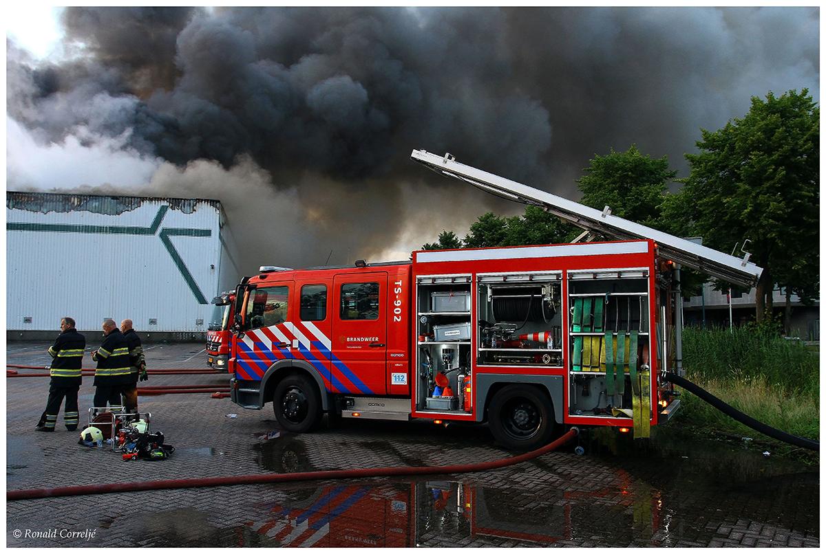 donkere rookwolken en brandweerauto