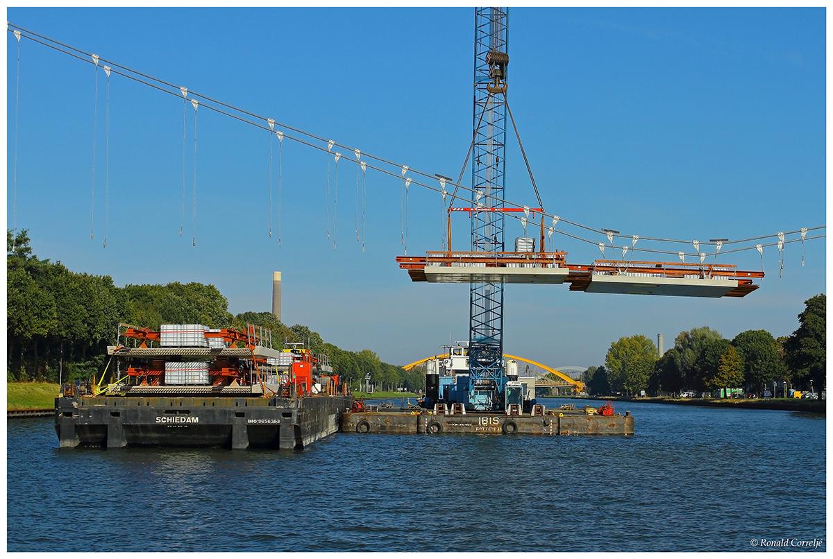 Drijvende hijskraan aan het werk op kanaal