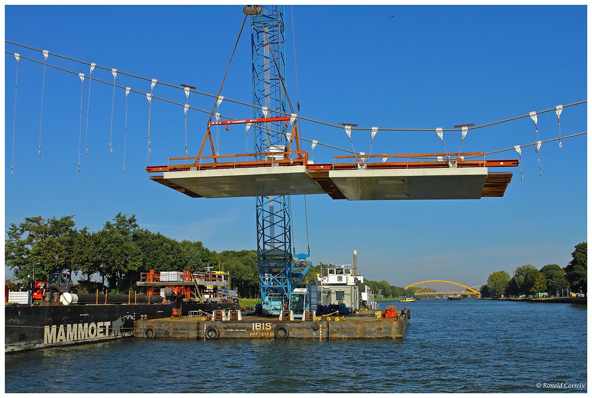 Drijvende hijskraan aan het werk op het kanaal