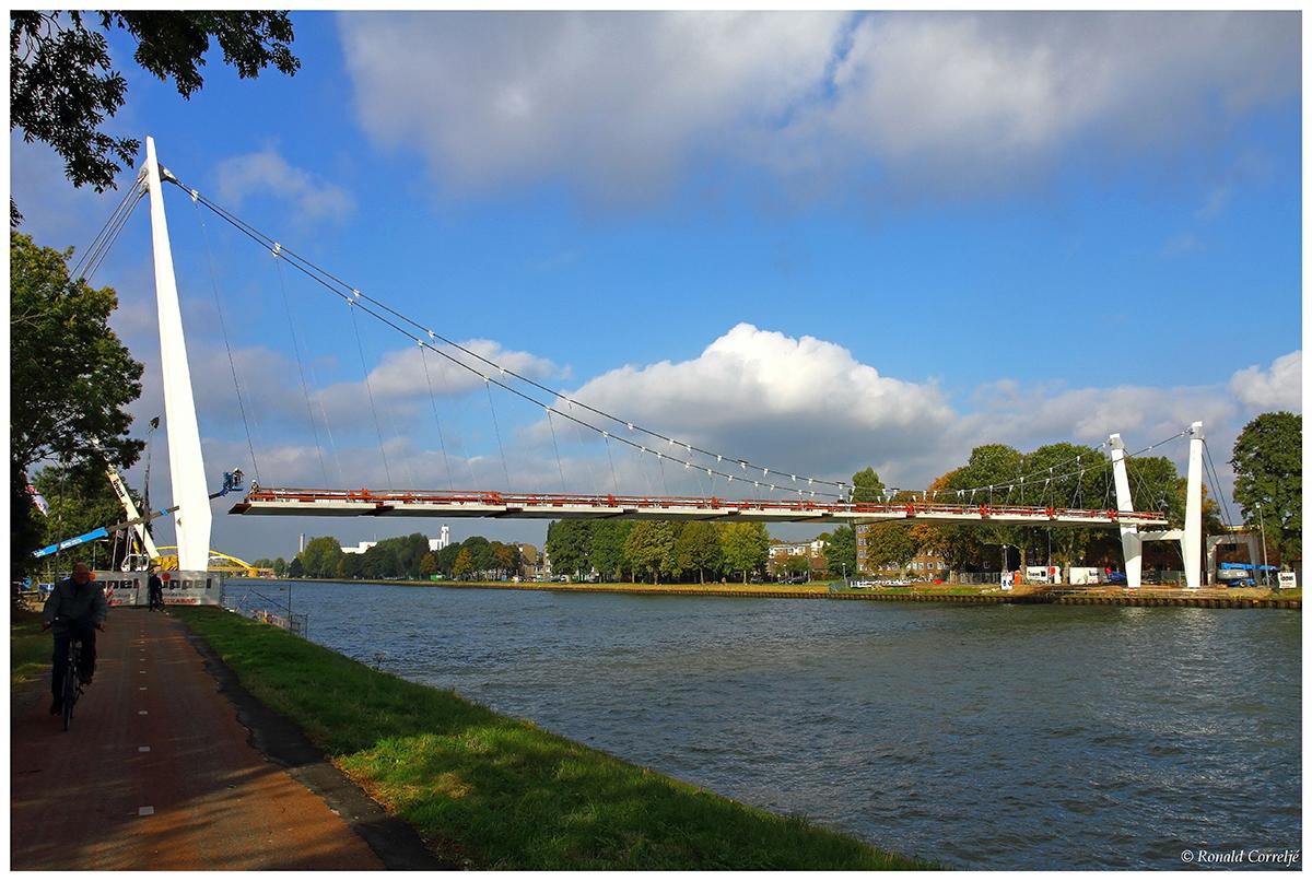 Aanzicht van een hangbrug over een kanaal