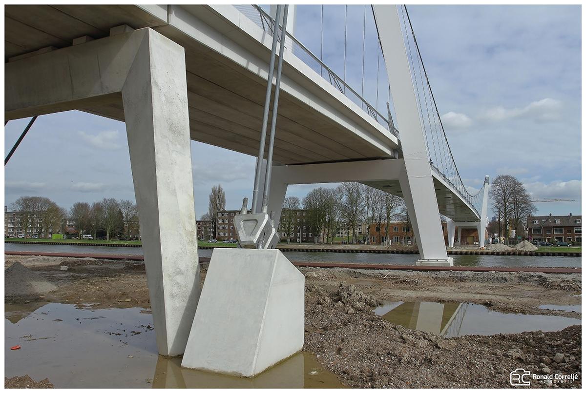 Bouw van een brug over water
