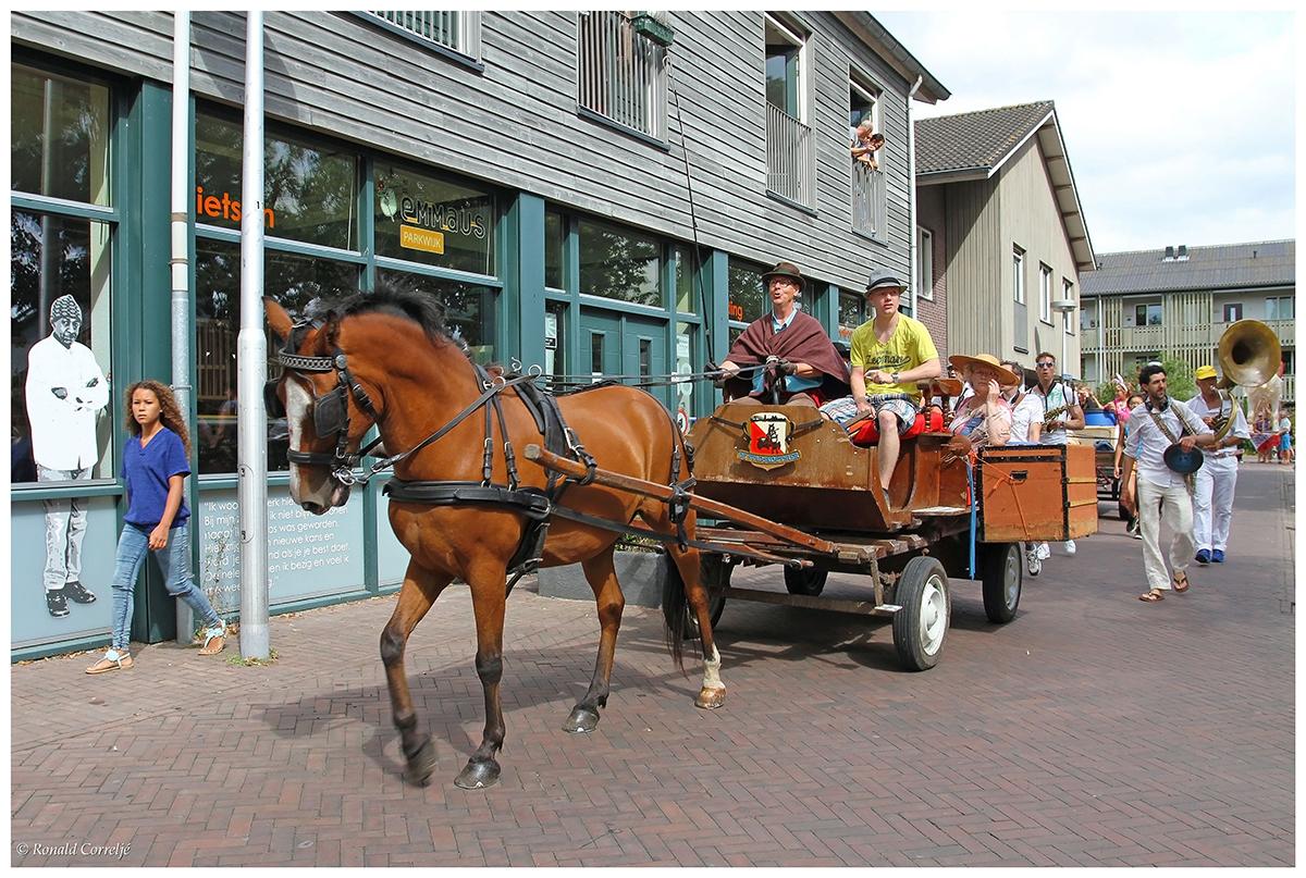 optocht met paard en wagen