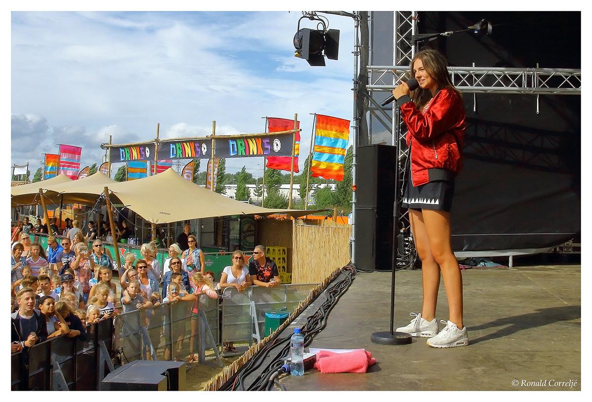 zangeres op podium met publiek
