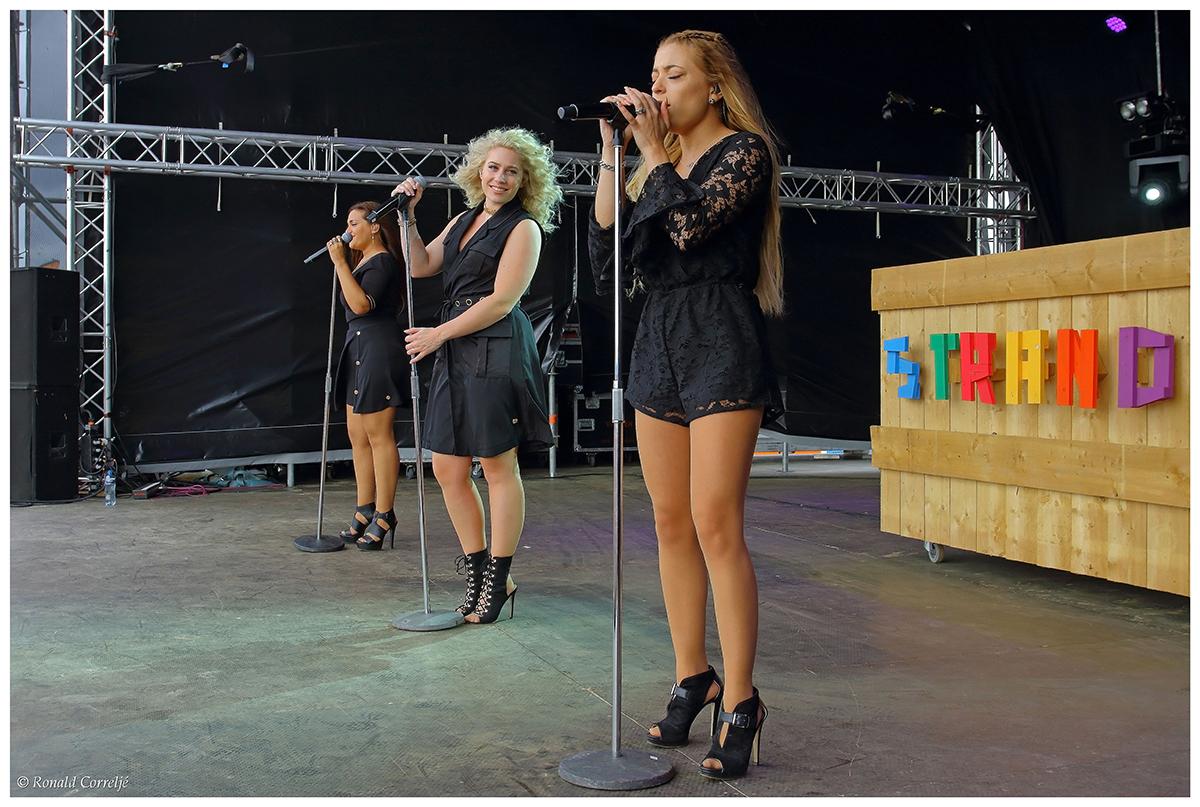 zangeressen op podium