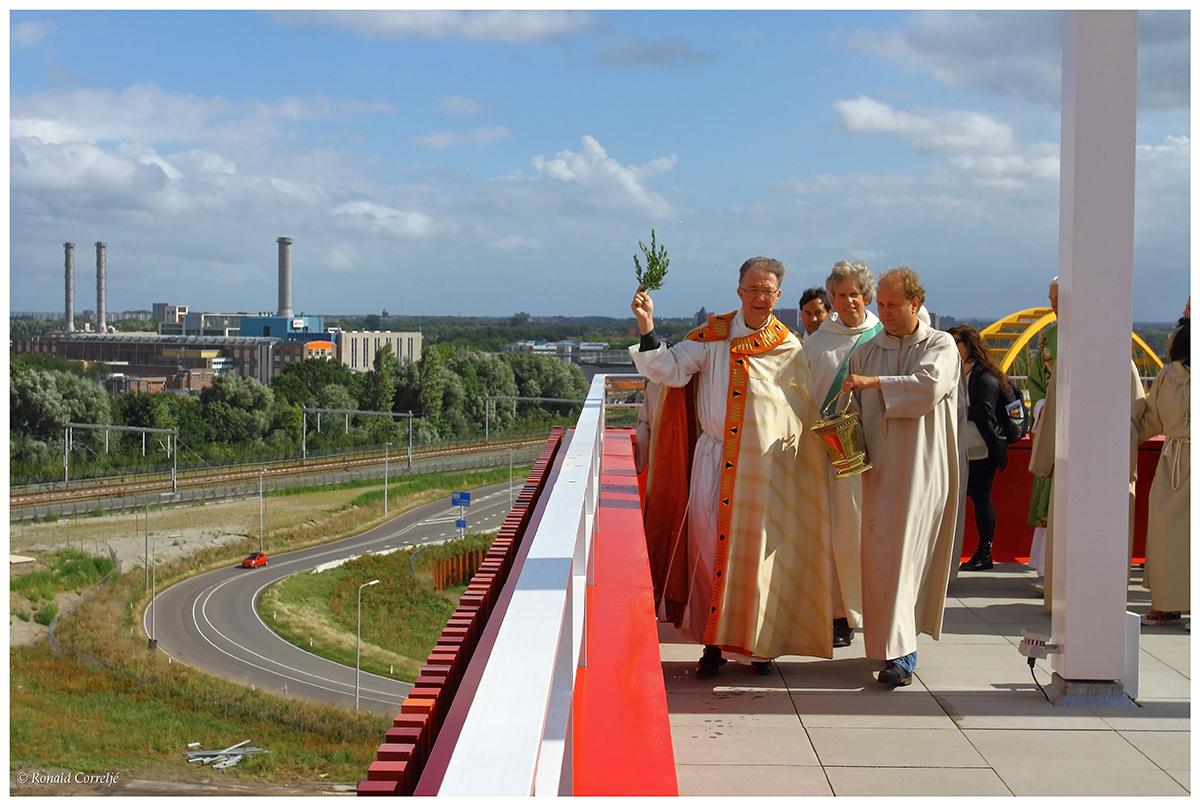 zegening stad met parochianen