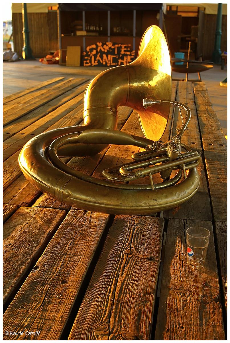 trombone liggend op tafel