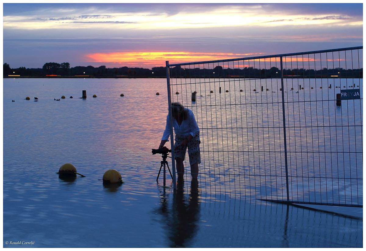 zonsondergang bij waterplas