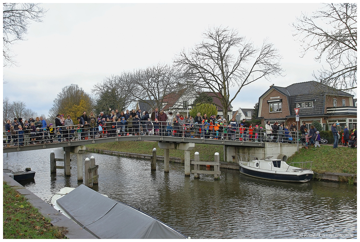 Mensen wachtend op een brug