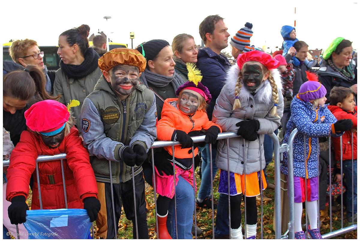 Kinderen bij intocht van Sinterklaas