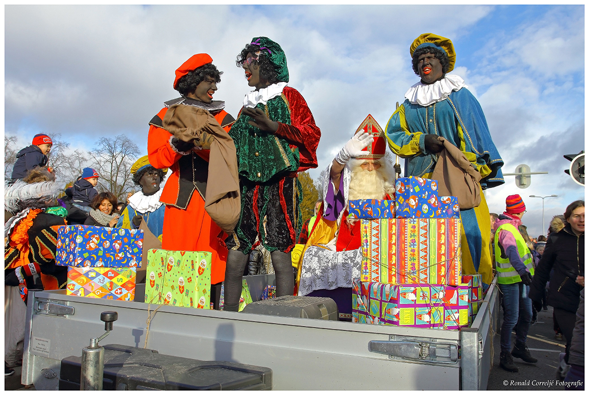 Diverse Zwarte Pieten met pakjes