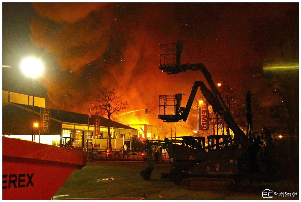 Vuurzee brandend bedrijfsgebouw