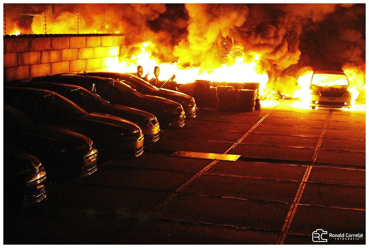 Diverse brandende auto's op parkeerplaats