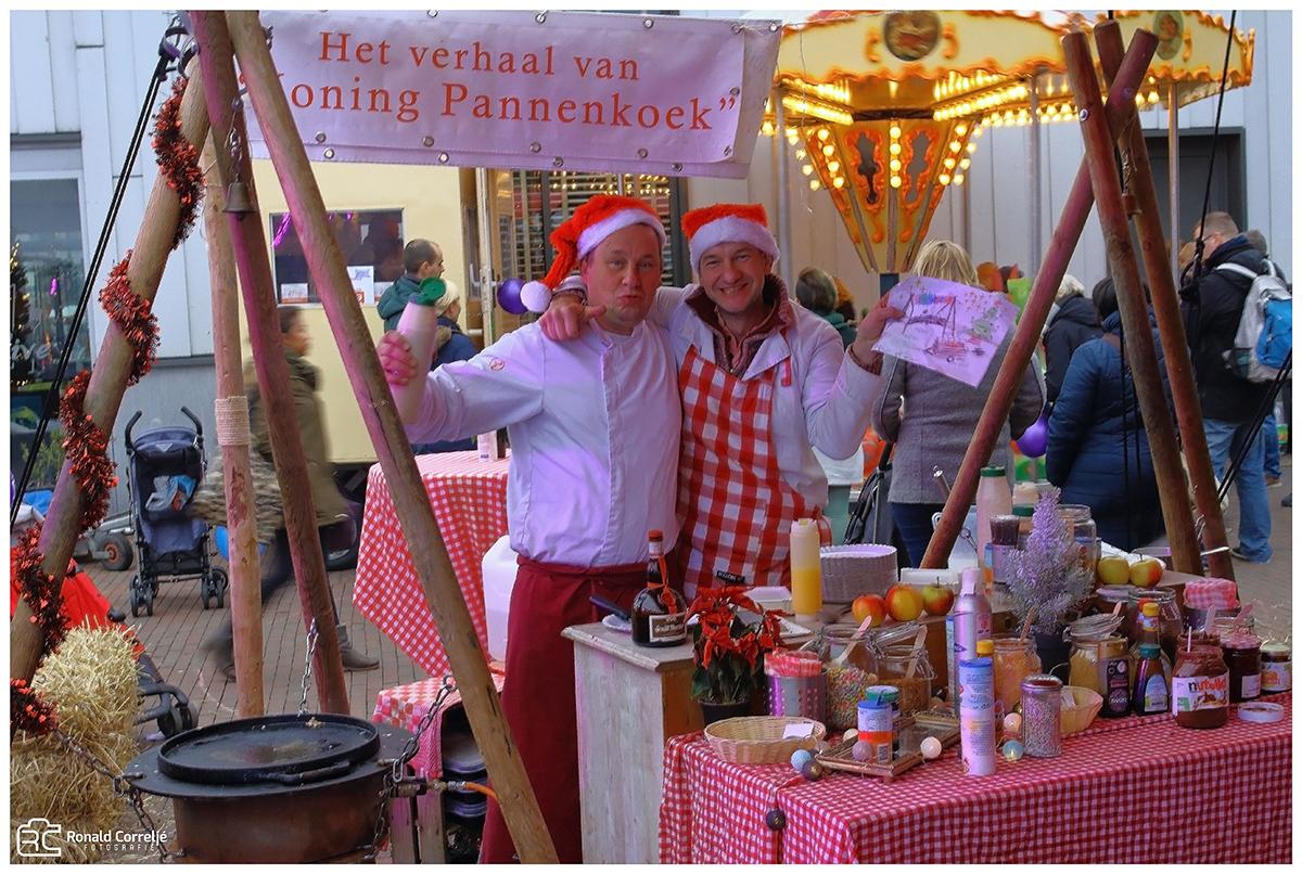 twee verkopers in een kerstkraam
