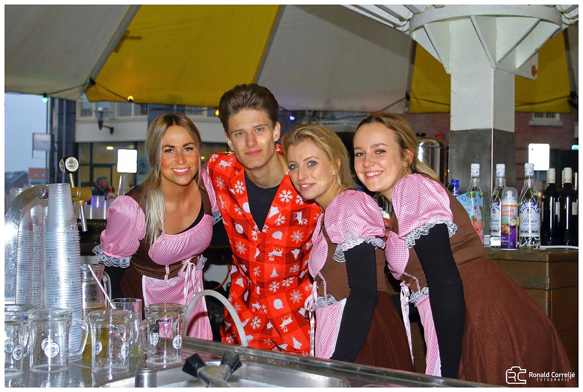 vier personen achter de bar