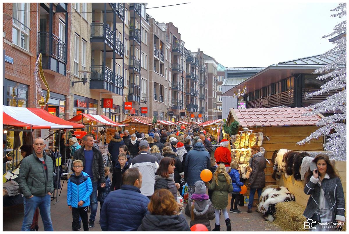 winkelend publiek op een kerstmarkt