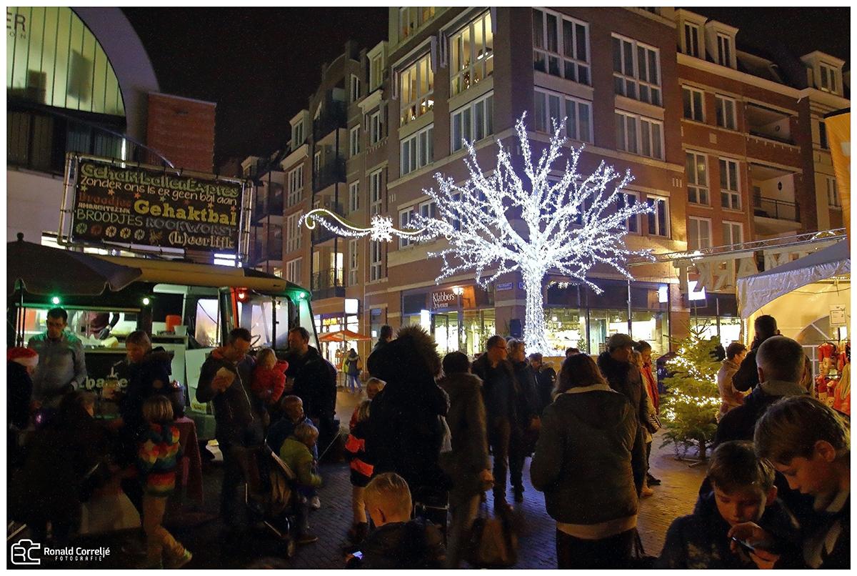 verlichte boom op kerstmarkt