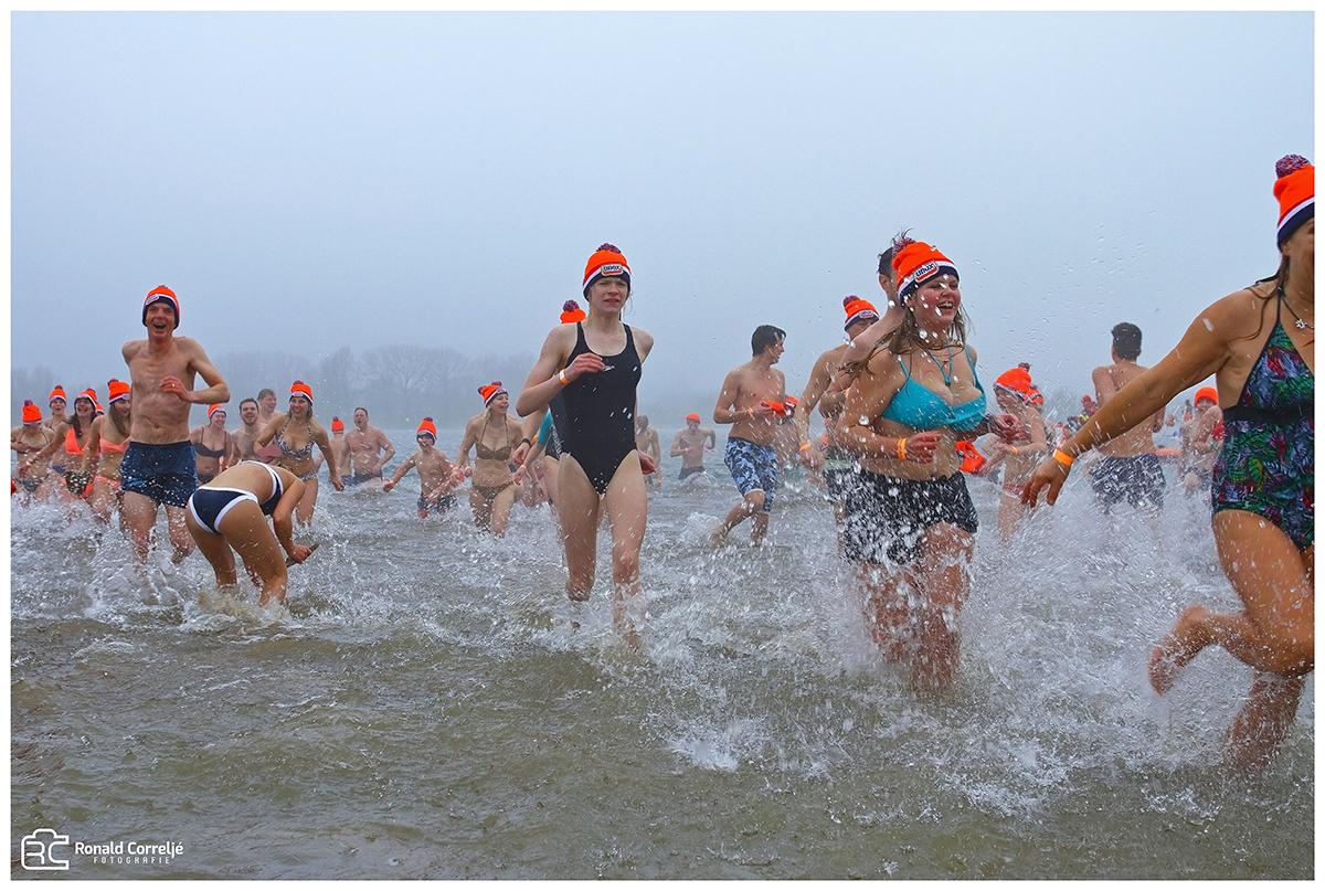 Zwemmers in ijskoud water