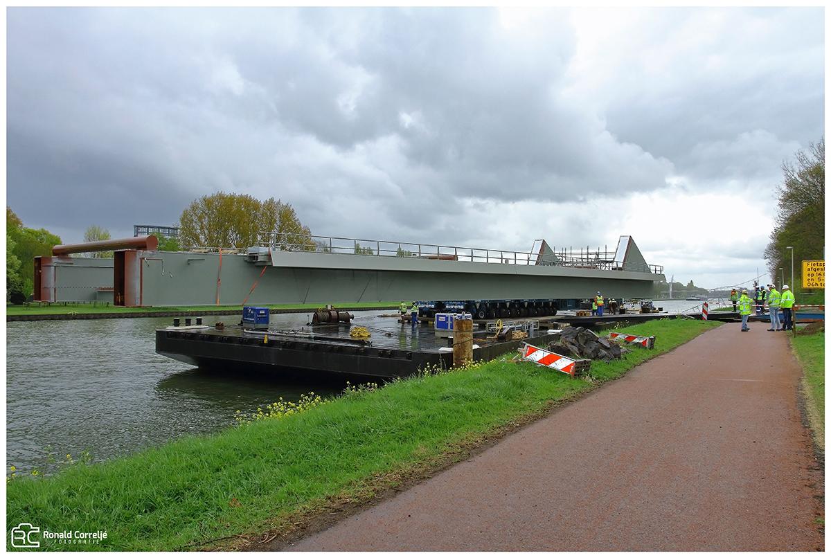 Aanvoer brug deel met boot