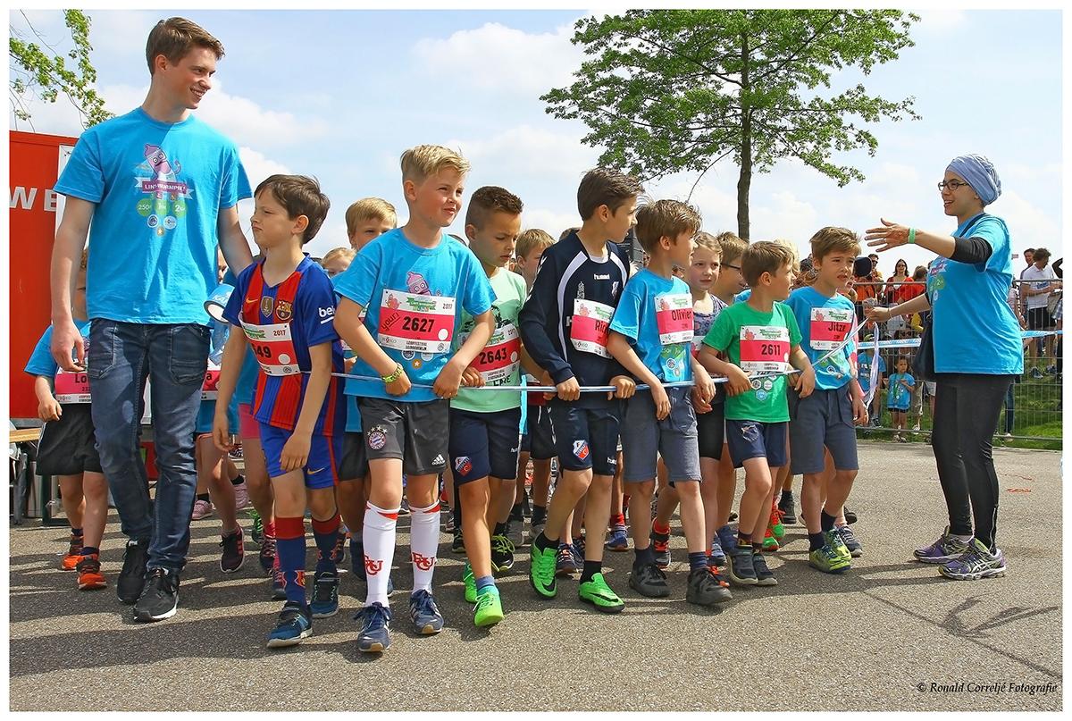 wachtende kinderen bij hardloopwedstrijd