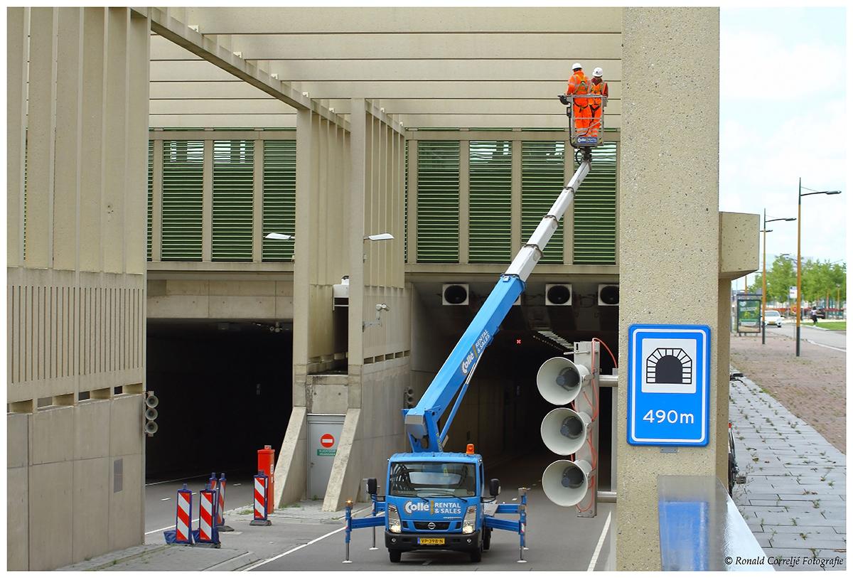 inspectie van de Stadsbaantunnel vanuit een hoogwerker