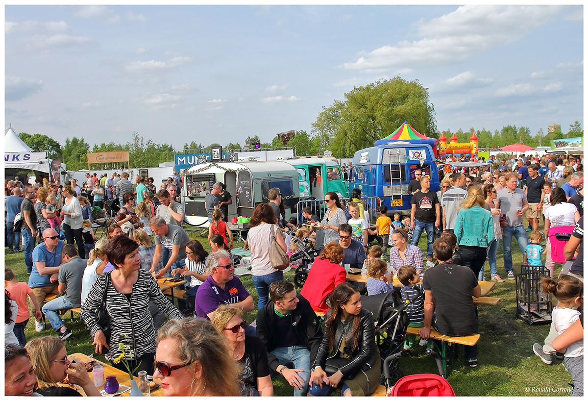 Mensenmassa op festivalterrein