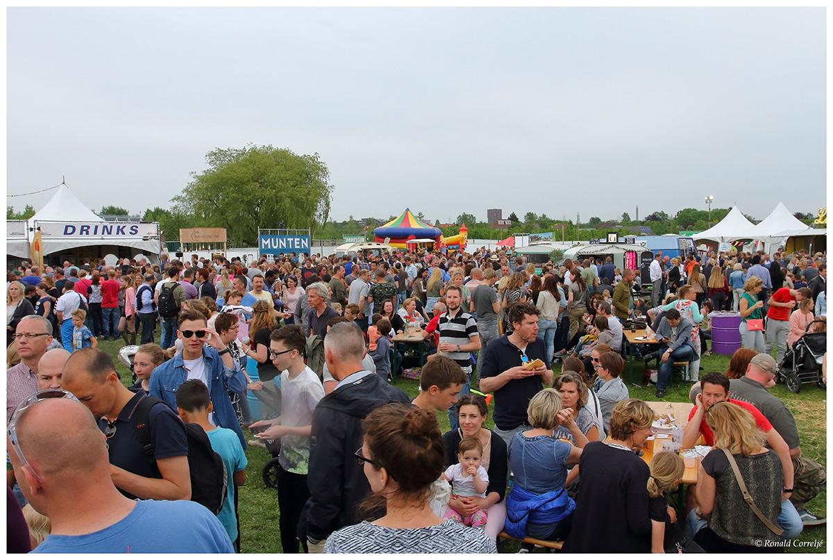 mensen op festivalterrein