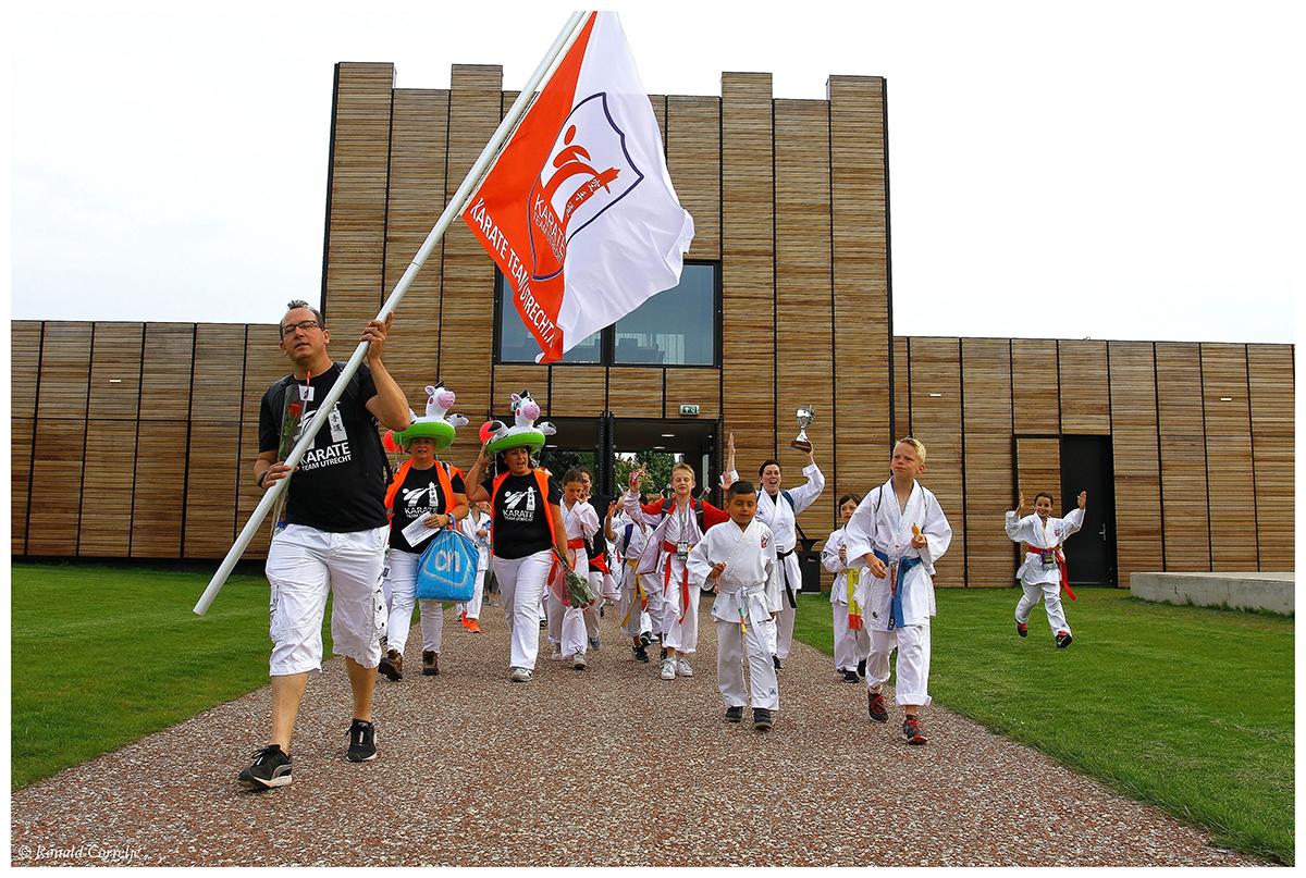 wandelaars met vlag