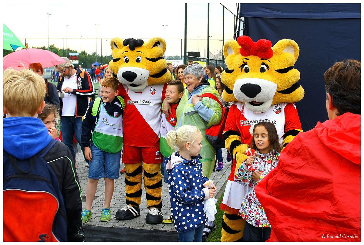 mascotte FC Utrecht met kinderen