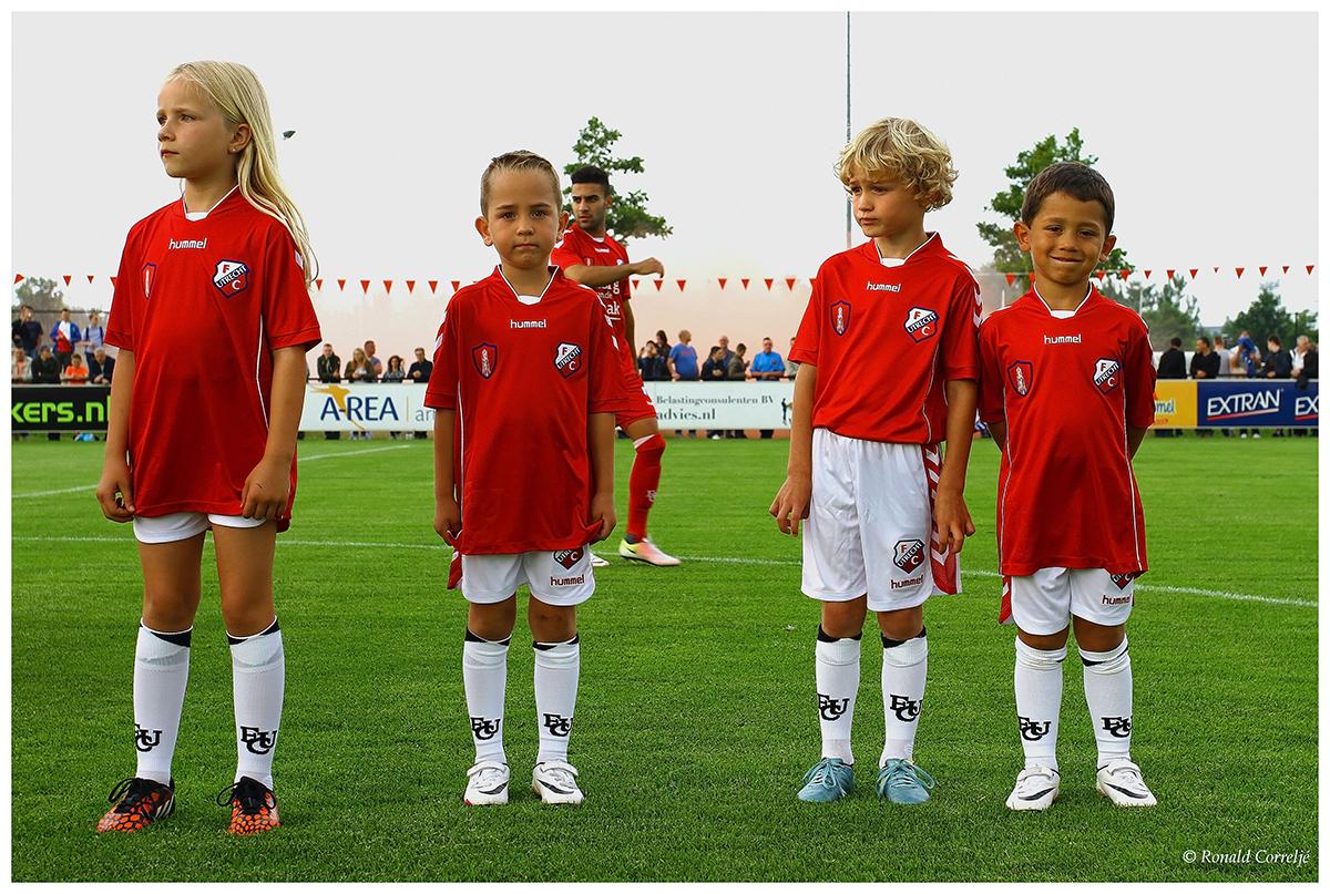 kinderen bij voetbalwedstrijd