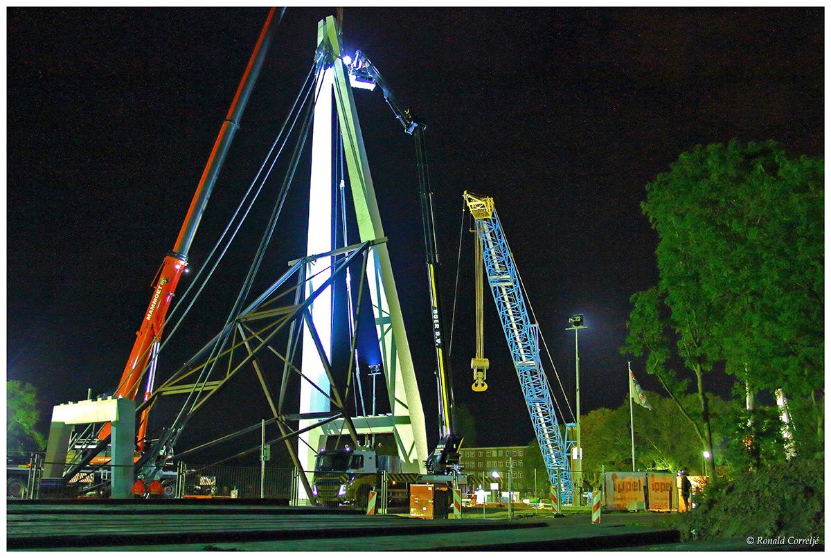 Bouwen van een brug in de nacht
