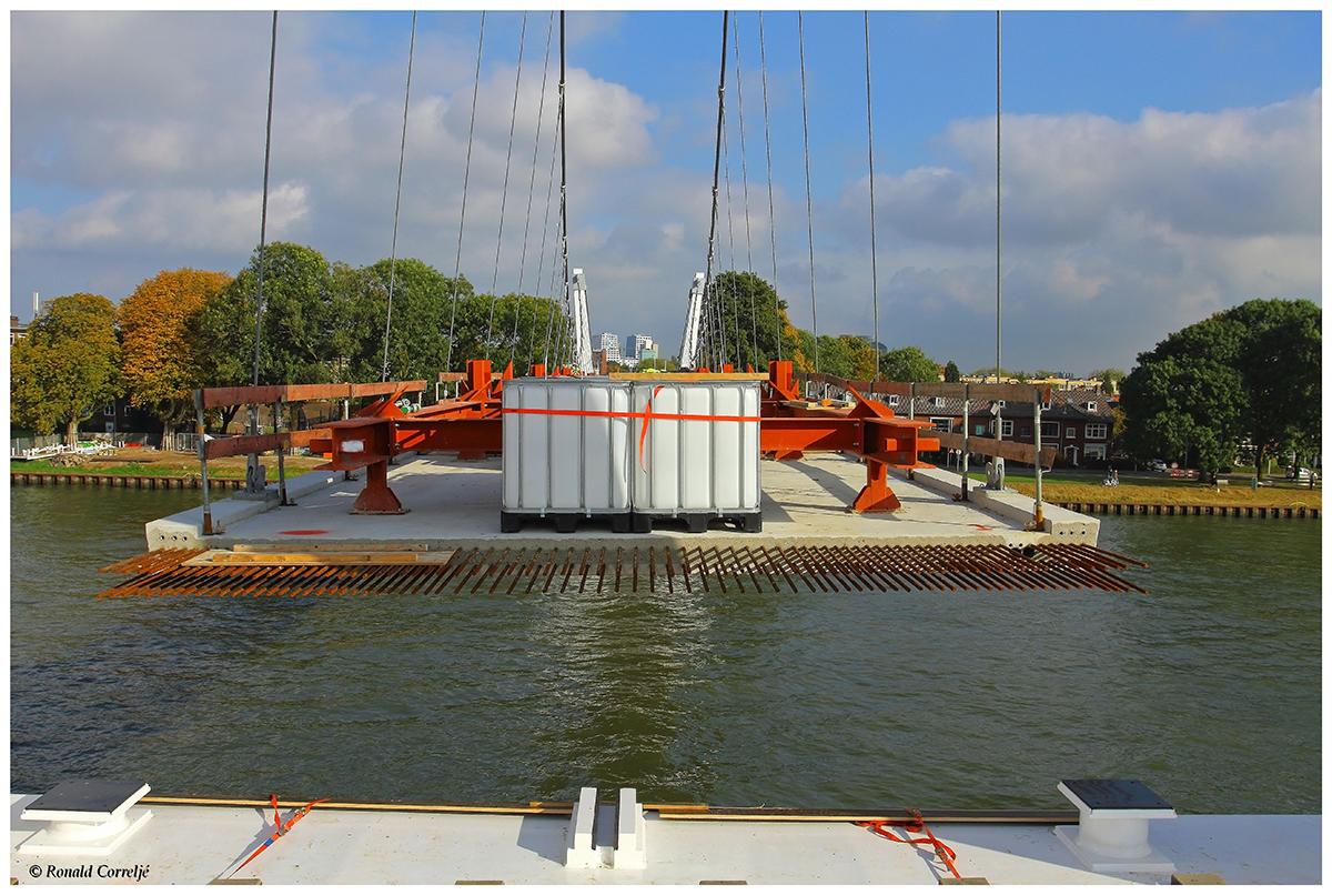 Brugdek van een hangbrug voorzien van ballast