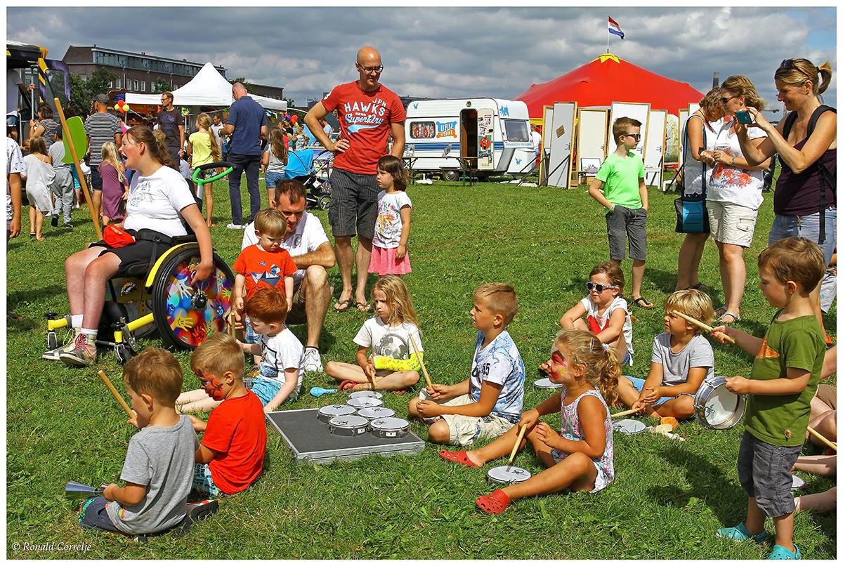 spelende kinderen op het gras