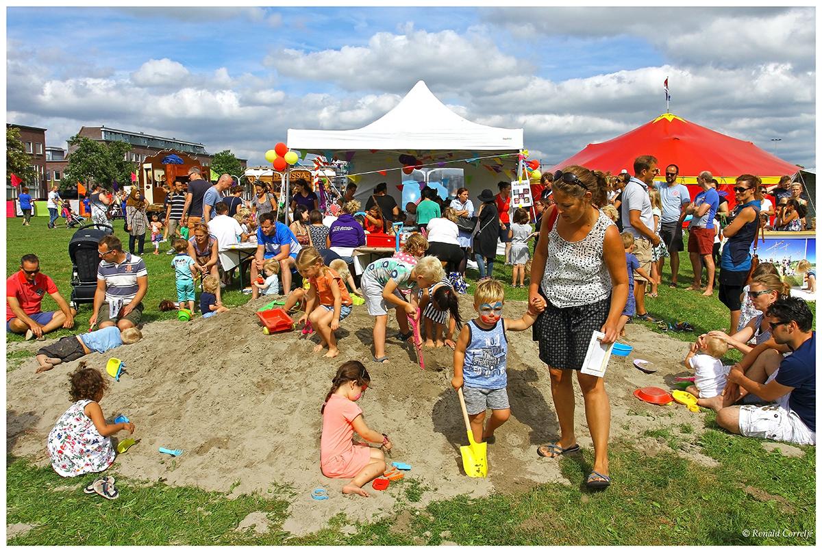 spelende kinderen in het zand