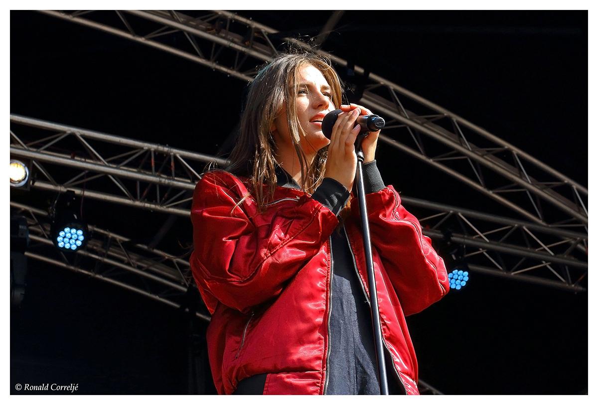 zangeres op podium