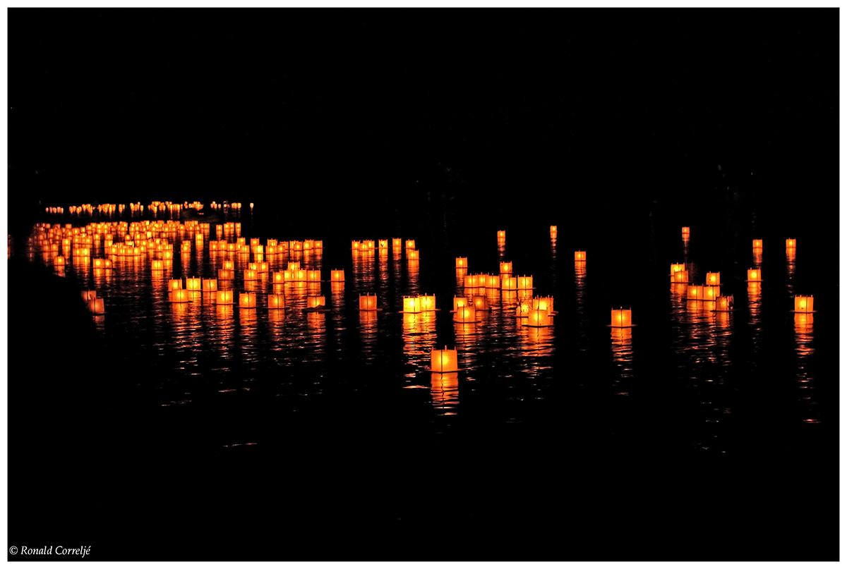 drijvende lampjes op het water