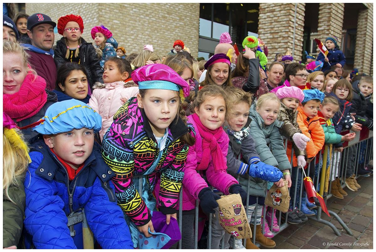 Wachtende kinderen bij intocht Sinterklaas