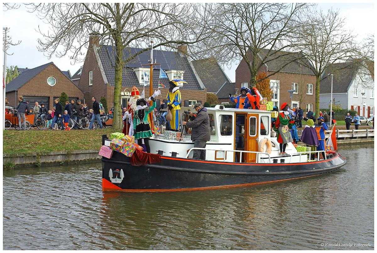 Boot met Sinterklaas zwaaiend op het dek