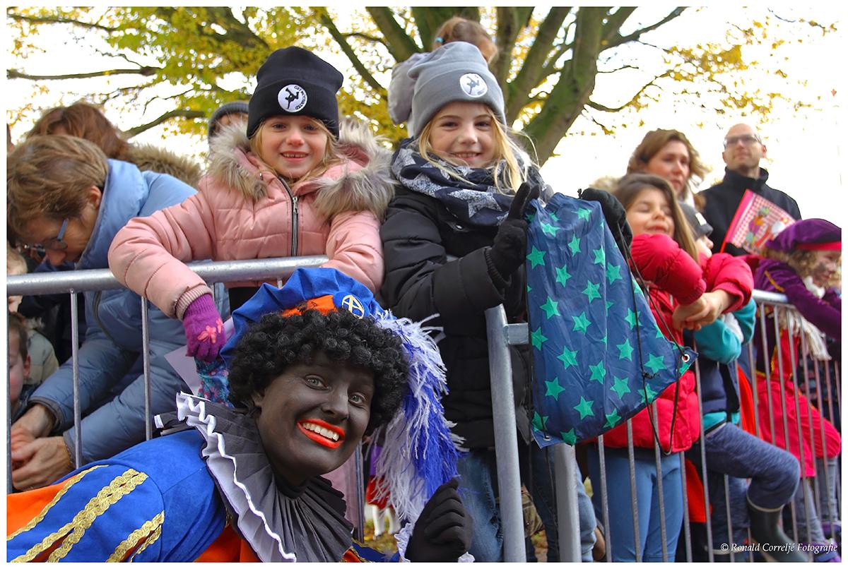 Zwarte Piet met kinderen op de achtergrond