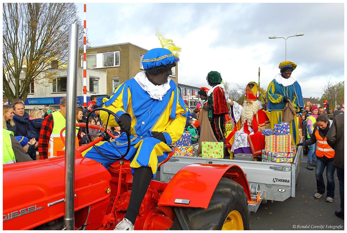Zwarte Piet op een tractor