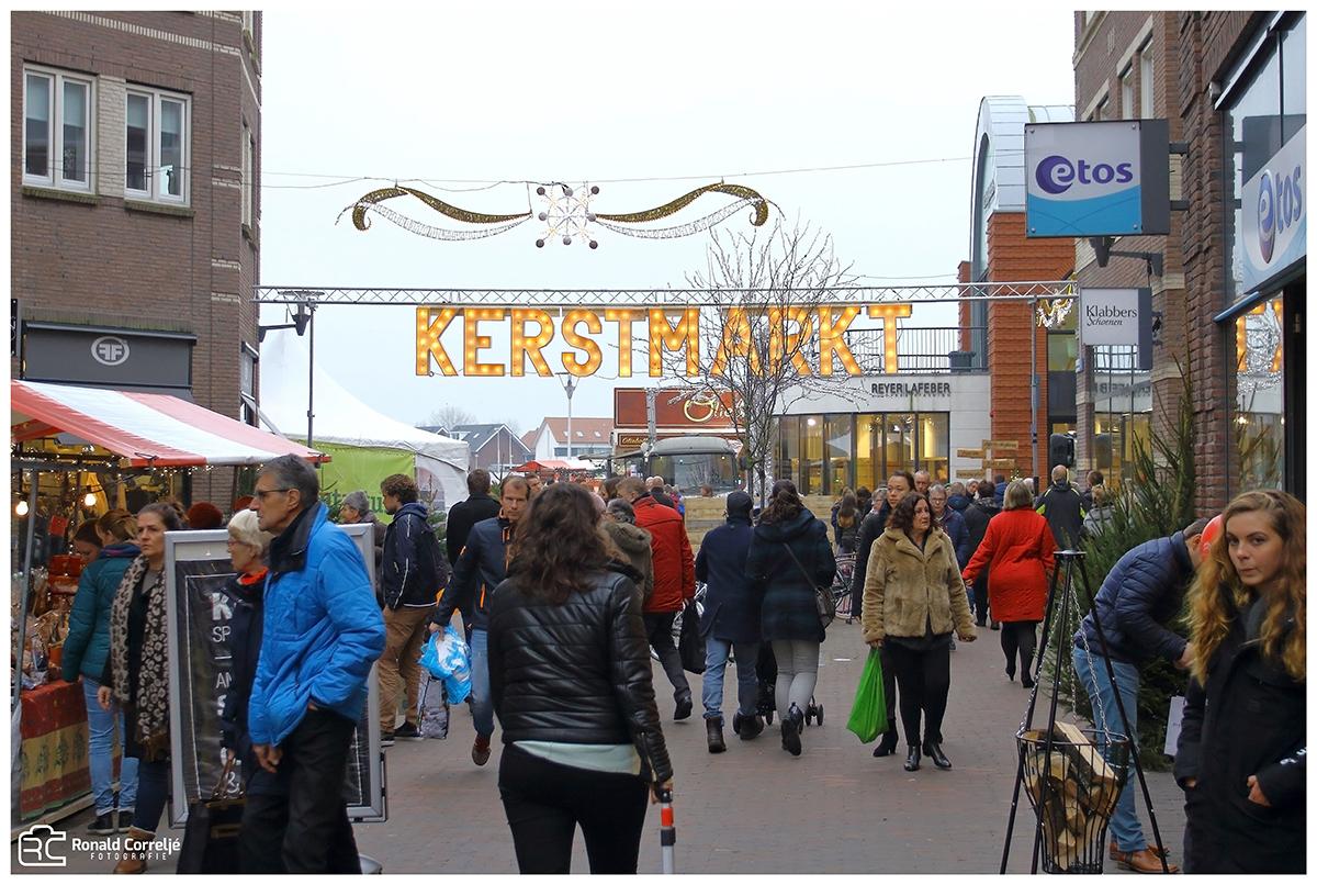 winkelend publiek op kerstmarkt