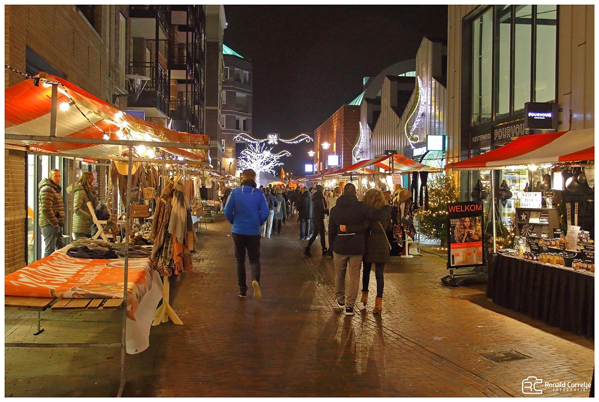 kerstmarkt bij avond