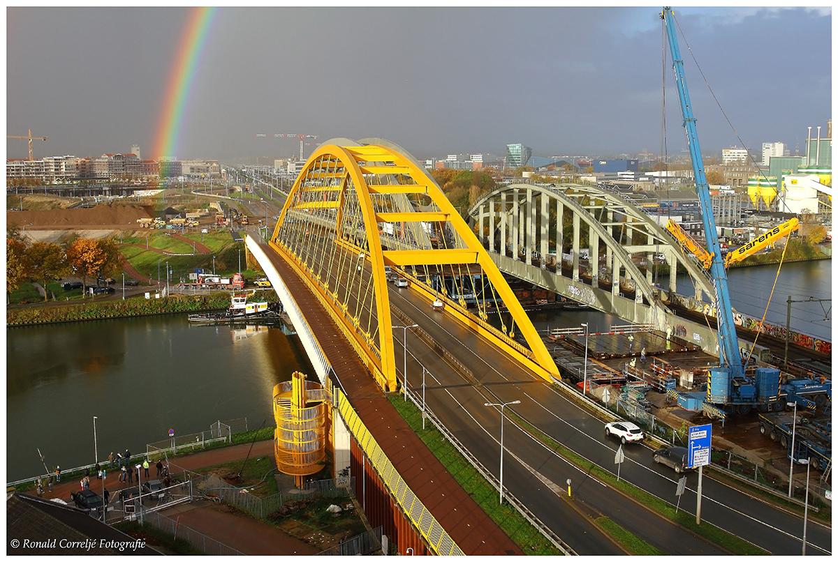 Transport stalen spoorbrug Utrecht met regenboog