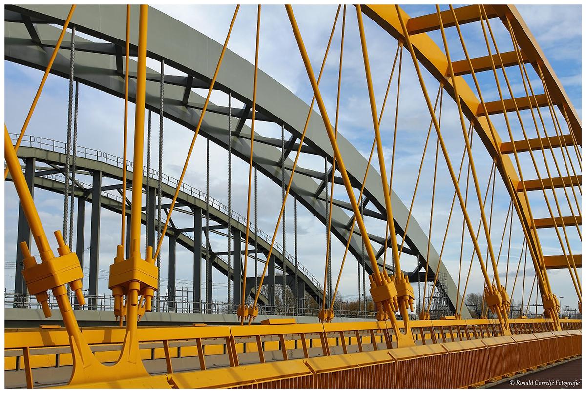 Drie bruggen over het A'dam-Rijnkanaal in Utrecht