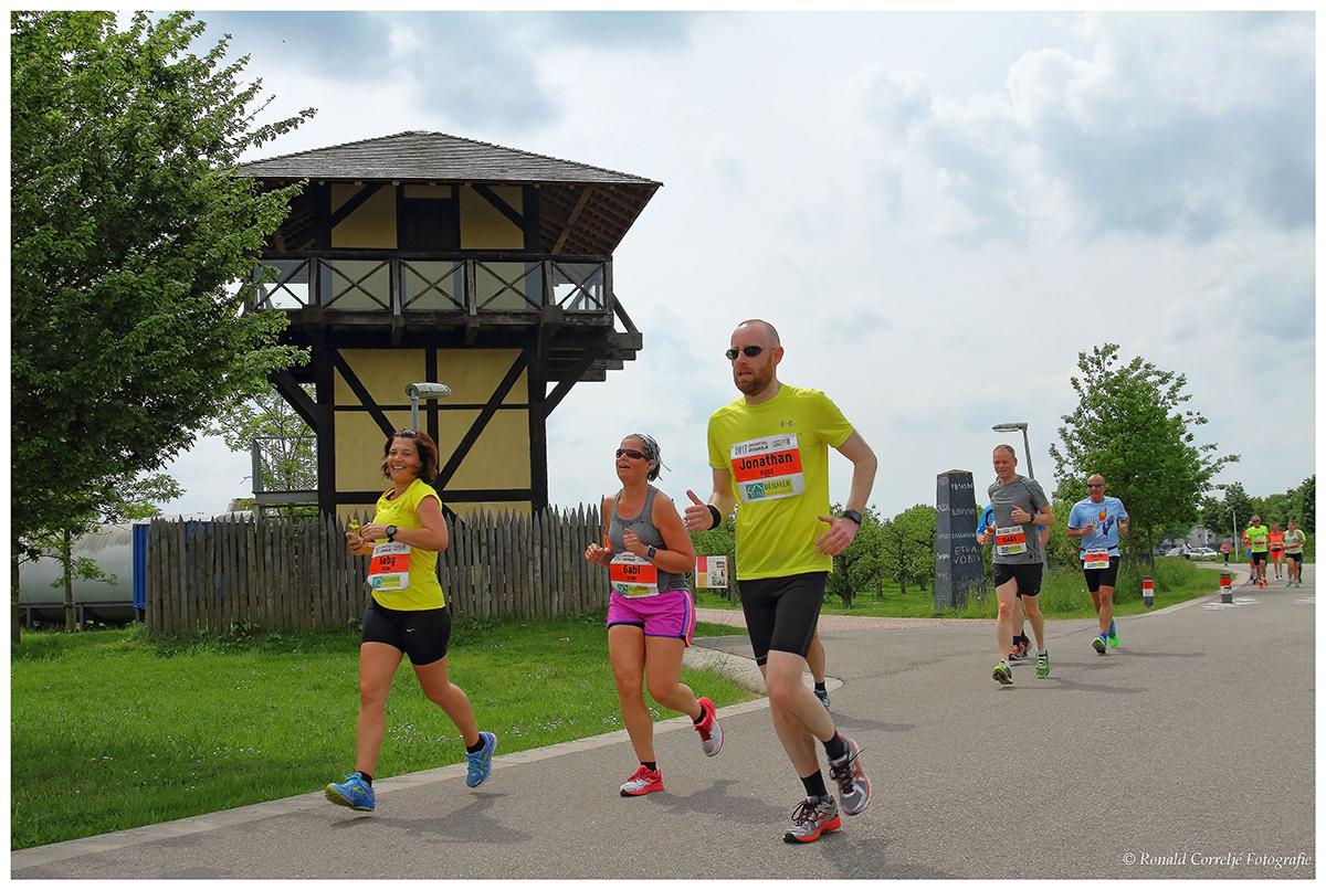 deelnemers hardloopwedstrijd bij Romeinse wachttoren