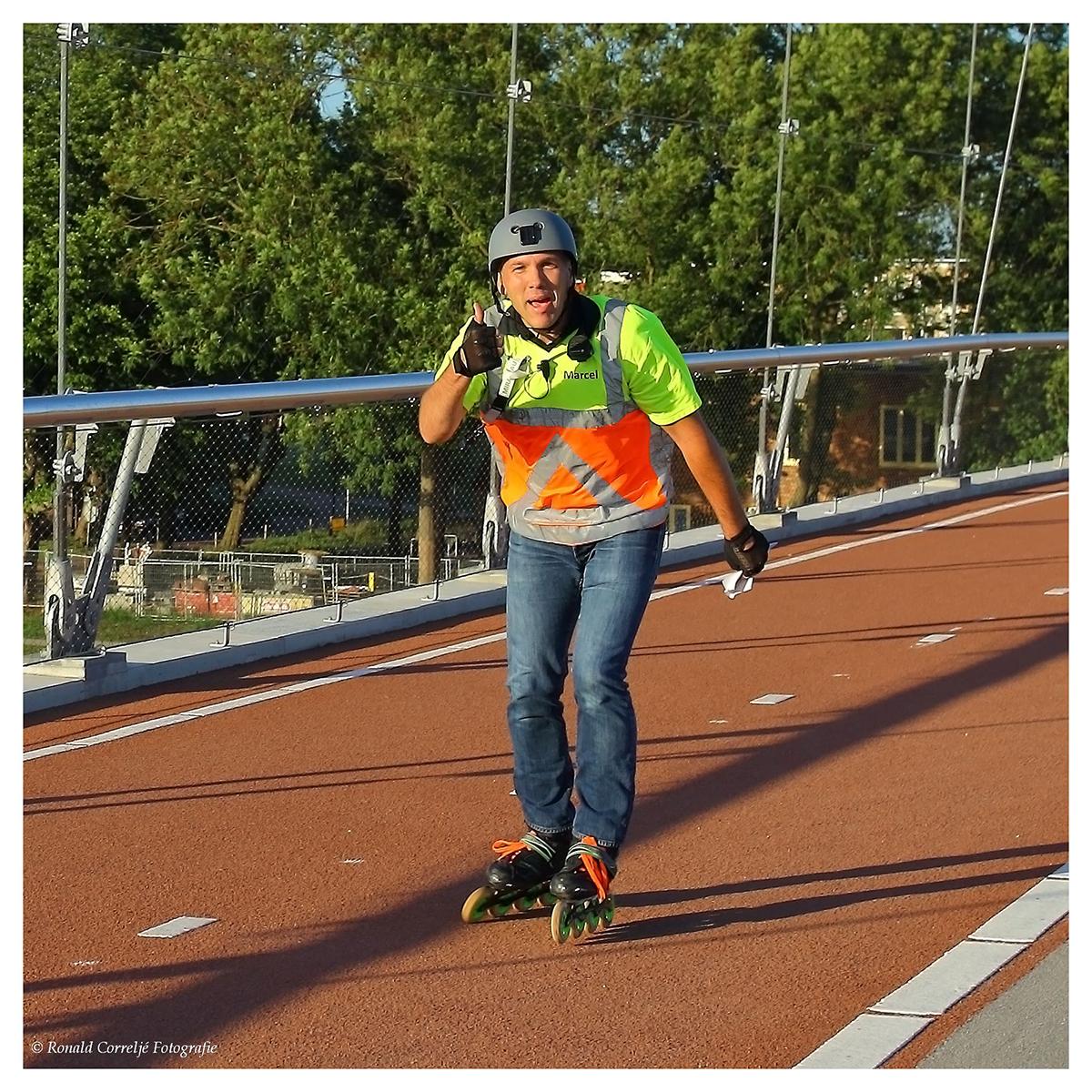 skater met duim omhoog